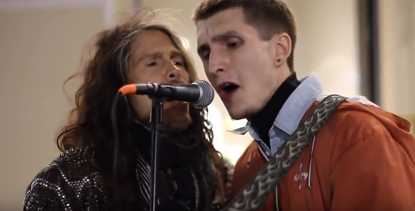 steven tyler sing with street musican in moscow